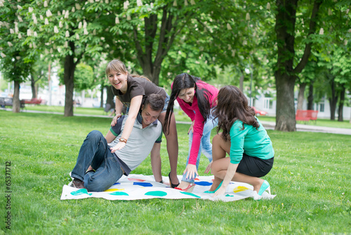 Fotografie, Obraz  students play the game twister