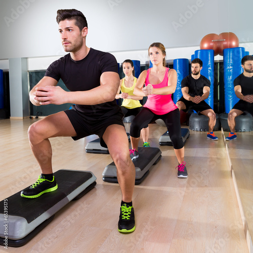 Fotografía  Cardio step dance squat group at fitness gym