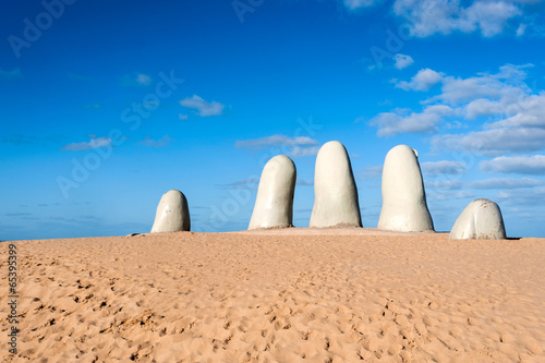 Photo sur Plexiglas Zen pierres a sable The Hand Sculpture, City of Punta del Este, Uruguay
