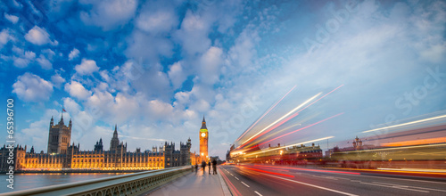 Foto op Canvas Londen rode bus London. Car light trails on a summer evening in Westminster Brid