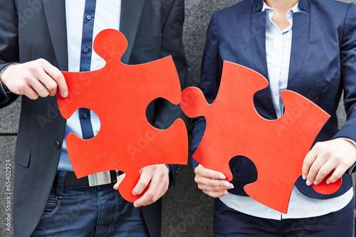 Geschäftsleute halten zwei große Puzzleteile Wallpaper Mural