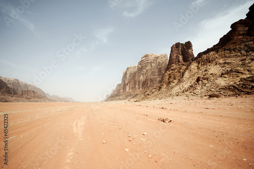 Poster Bleke violet Desert landscape - Wadi Rum, Jordan