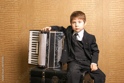 Fotografia, Obraz  Child plays the accordion