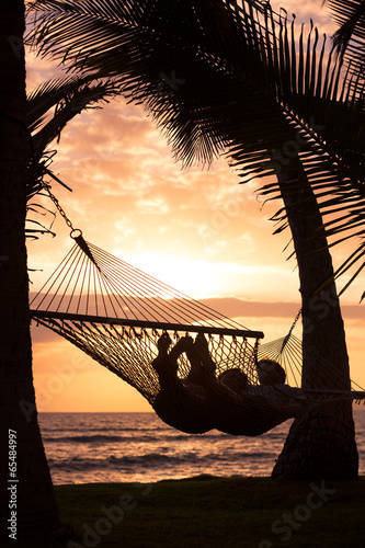 Photo  Couple relaxing in tropical hammock