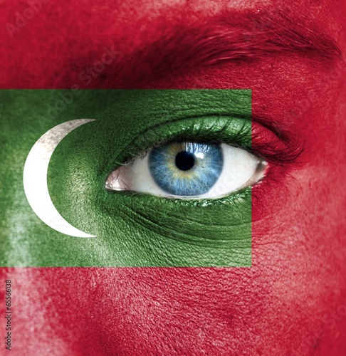 Poster de jardin Doux monstres Human face painted with flag of Maldives