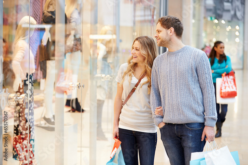 Fotografía  Happy Couple Carrying Bags In Shopping Mall