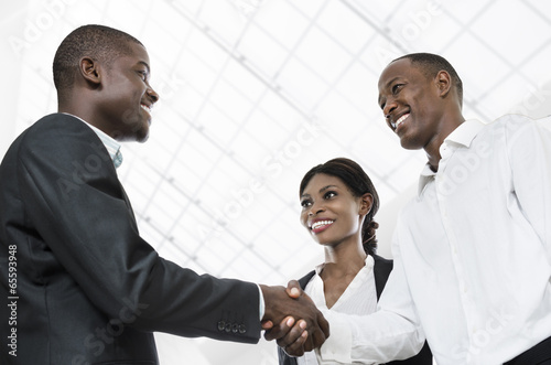 Three african business people handshake Plakát
