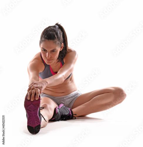 Photo Joven mujer deportista estirado musculios.