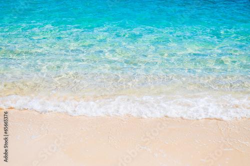Foto auf Gartenposter Wasser White sand beach and blue sea wave