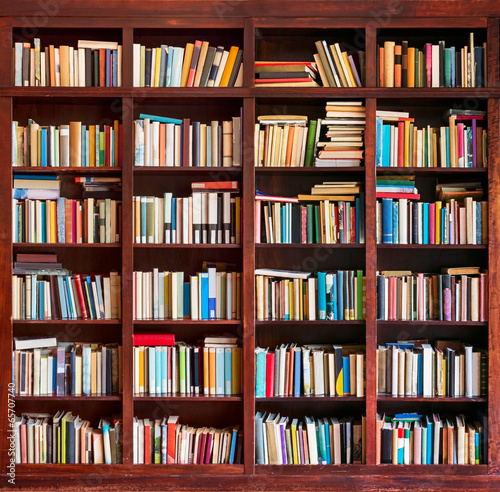 Fotografía  Bookshelf full with books