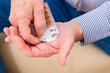 Senior nimmt zuhause Tabletten