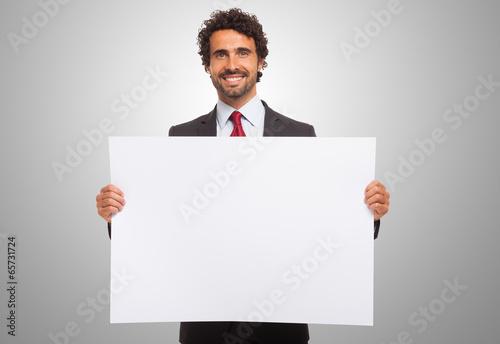Fotografía  Man holding a blank board.