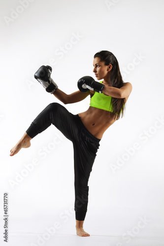 Fotografía  beautiful woman with the black boxing gloves, studio shot