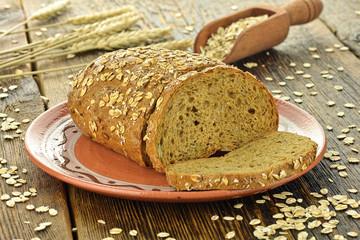 Fototapeta Do piekarni Chleb z płatkami owsianymi na talerzu