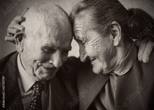 Fotografia  Cute 80 plus year old married couple posing for a portrait