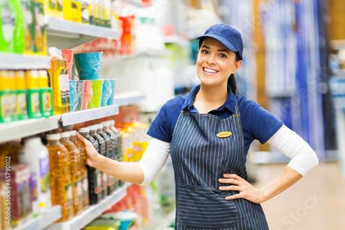 Fotografía  supermarket saleswoman standing in store
