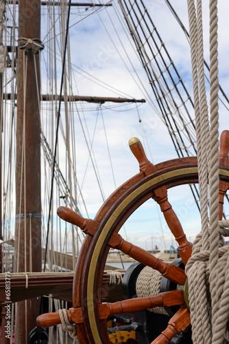Foto auf AluDibond Schiff barre sur un voilier en bois