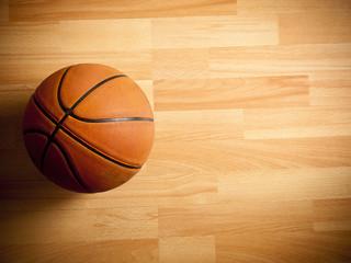 Službena narančasta lopta na košarkaškom terenu od tvrdog drva