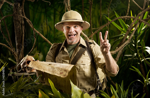 Photo Successful adventurer in the jungle