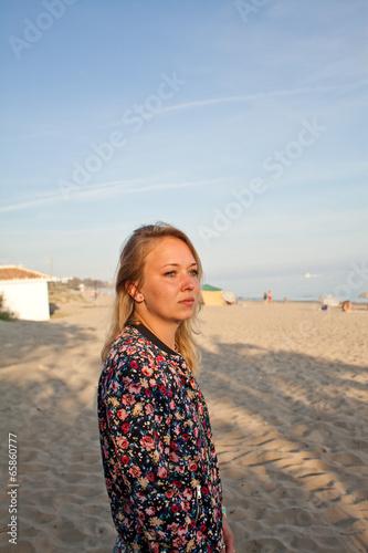 Fotografie, Obraz  Dziewczyna młoda plaża turystka kwiaty opalenizna opalanie Stoi
