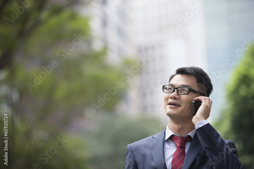 Photo  Chinese business man using a smartphone.