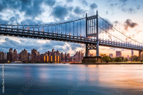 In de dag Brug Robert F. Kennedy Bridge at sunset