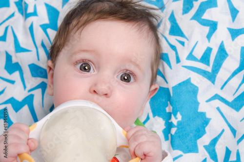 Photographie  Formule de six mois pour boire du lait d'une fille