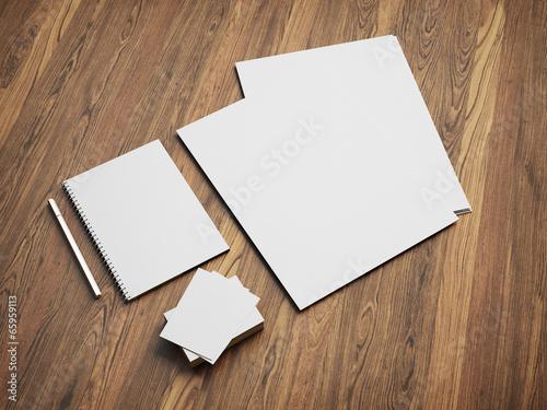 Fotografía  Montaje de escritorio en blanco en el fondo de madera