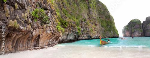 Photo  boat on sand of Maya bay Phi phi island