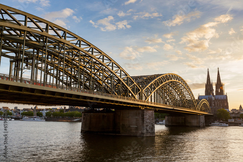 Fotografía  Cologne Cathedral and hohenzollern Bridge at Sunset