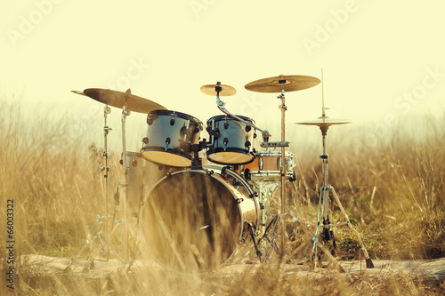 Fotografía  Drum set in the field