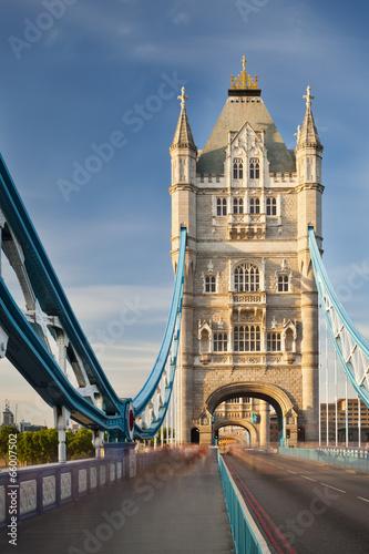 basztowy-most-w-londyn-z-niebieskim-niebem