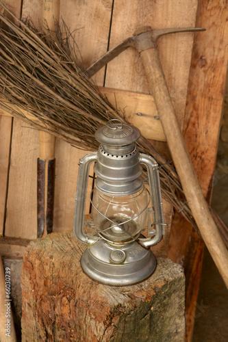 Fotografia, Obraz  herramienta de mineria y lampara de mano