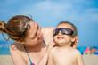 Descubriendo la playa con mamá y gafas