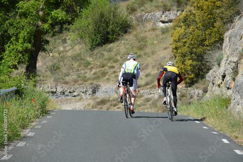 Foto op Plexiglas Fietsen dos ciclistas subiendo un puerto de montaña