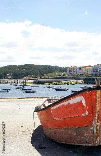 Barca varada en el puerto de Muxía, Galicia