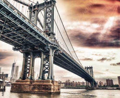 Tuinposter Bruggen Dusk colors of the sky over magnificent Manhattan Bridge