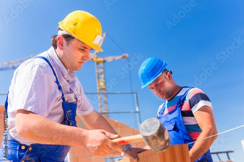 Fotografía  Zwei Bauarbeiter auf einer Baustelle