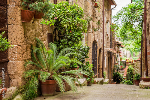 ulica-tuscan-w-miescie-pelnym-kwiecistych-gankow