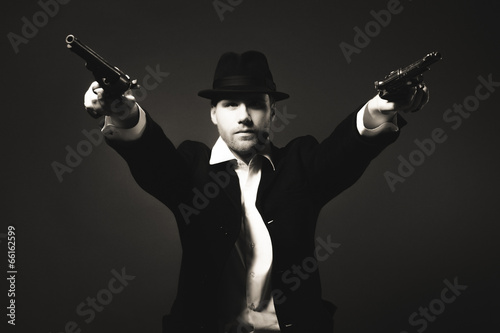 Photographie  Minuit gangster dans look vintage.