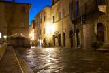 Oświetlona uliczka Pienza we Włoszech