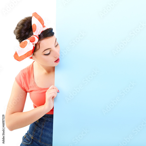 Photo Pinup girl holding empty banner, portrait of young happy sexy wo