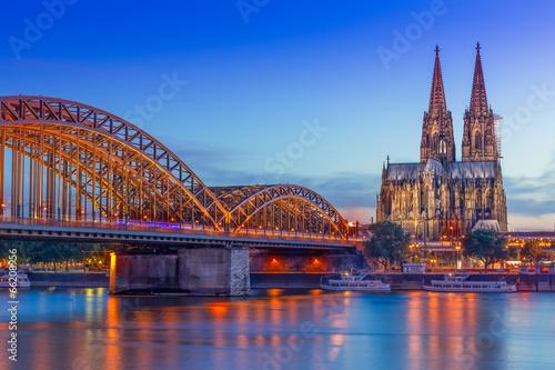 Fotografía  Kölner Dom und bei Nacht Hohenzollernbrücke