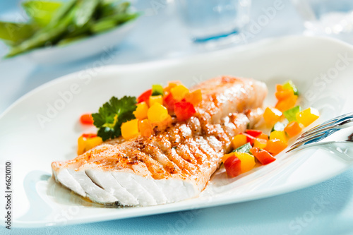 Fotografia Grilled fish fillet with a colorful fresh salad
