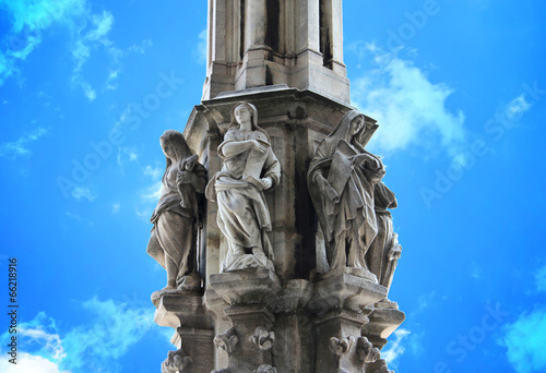 In de dag Zuid-Amerika land Column and Statue of Milan Cathedral, Italy