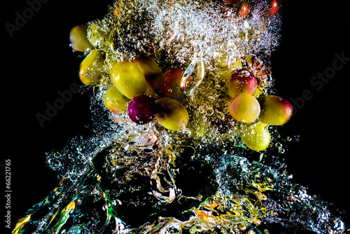 Poster Opspattend water abstract grapes in water