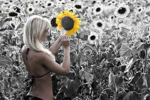 blond-dziewczyna-maluje-slonecznika-pole-w-kolorach