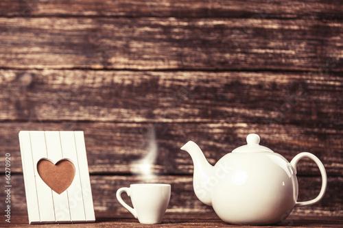 teapot-i-filizanka-kawy-z-rama-na-drewnianym-stole