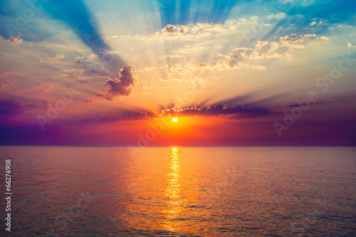 Photo sur Toile Mer coucher du soleil sunrise in the sea