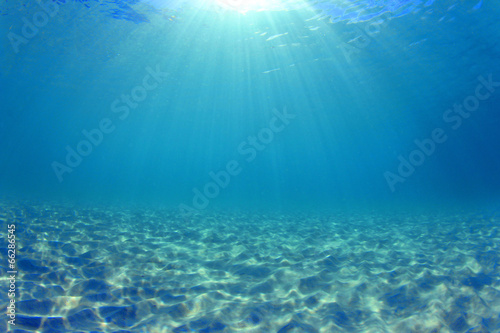 Fotografia Underwater background - sunlight on ocean floor